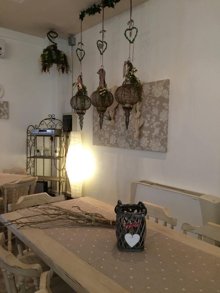 Dettagli tavolo e lampadario