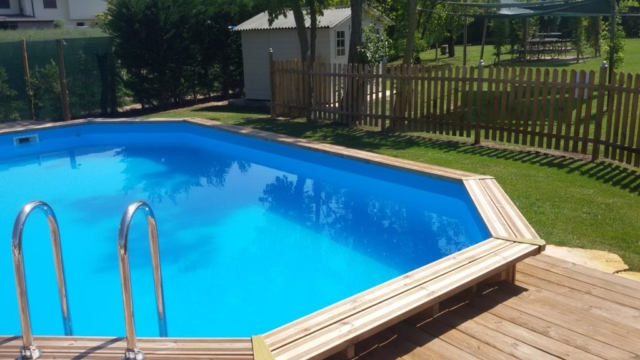 La piscina immersa nel verde