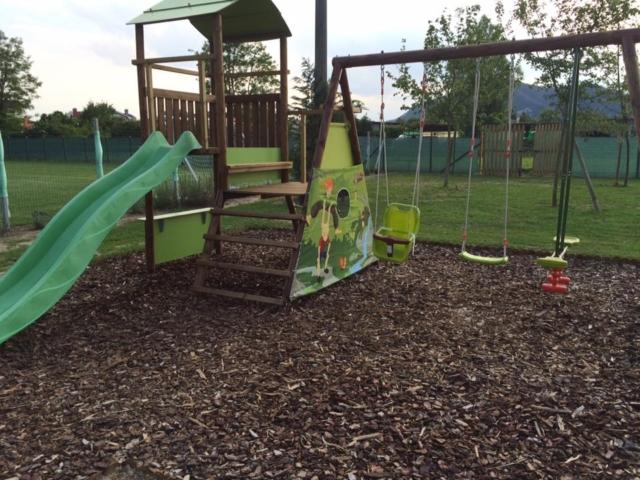 Parco giochi con altalene e scivolo